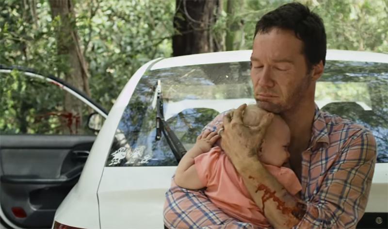爸爸在叢林裡被咬到快變成喪屍但還是想出天才方法拯救女兒,這超感人橋段已經把《屍速列車》給打敗了!