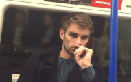 中國網友超愛看國外地鐵上的帥哥照...但背後真正的原因卻令人深感同情!