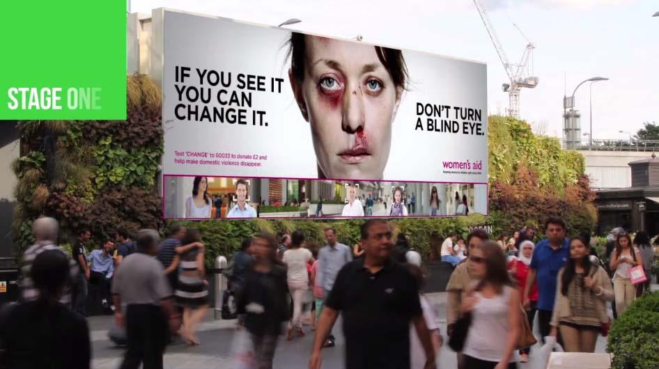 當你在街上看著這個看板時,這個女人臉就會慢慢改變...