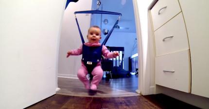 當爸爸在家裡照顧寶寶時,照顧到一半發生的事情讓他立刻拿出手機全部拍下來。
