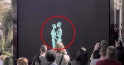 大廣場螢幕前出現了骷髏在接吻 當骷髏走出幕後...所有在場的觀眾都學到了「愛的真諦」