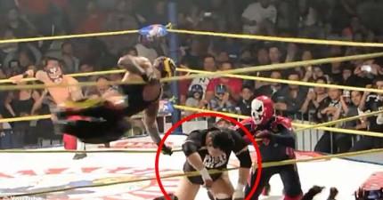 現場直擊最逼真的摔角離奇死亡。在對手迎面一個飛踢,這位摔角選手撞上圈繩...便再也沒有起來了。
