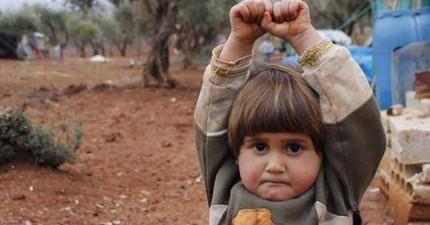 照片裡的可愛小女孩高舉雙手,但她這麼做的理由卻會讓人們倒抽一口氣...