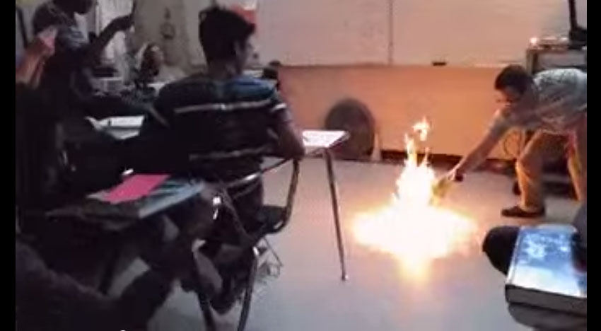這個教授在教室裡放了一把火,沒想到把整個教室變成火海...太酷了!