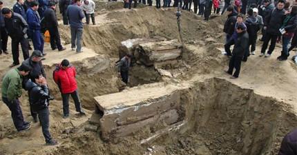 中國修路工人挖出明朝木乃伊,完好的面容讓大家都嚇壞了...