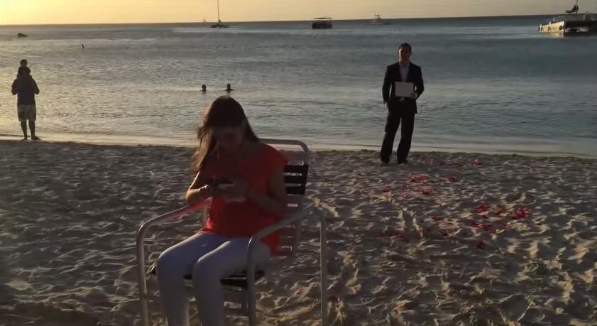 這位男友每天都在跟女朋友求婚,但她完全不知道!