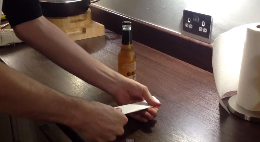 以後都不用開瓶器了!只要用一張紙就可以把酒瓶給打開!