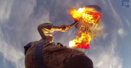 這名男子打開降落傘之後就用信號槍把它給燒掉...接下來讓我為他捏了一把冷汗!