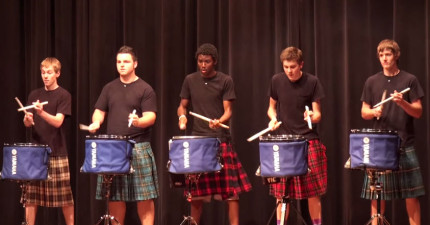 這5個大男生穿著裙子上台時還很多人正要噓他們,當他們開始打鼓的時候所有人都看得目不轉睛...
