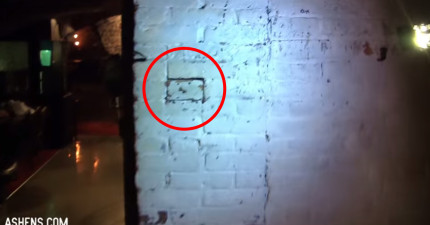 兩名男子在酒吧牆壁上發現一塊鬆動的磚塊,結果一扳開後就「看到了小型的自己」?!