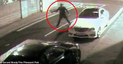 這名竊賊拿著磚頭要砸爆玻璃竊車,但下一秒他就被磚頭反彈擊昏了!