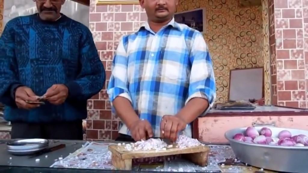 別眨眼!這位印度切菜達人6秒比機器還快便將整顆洋蔥完美切丁!