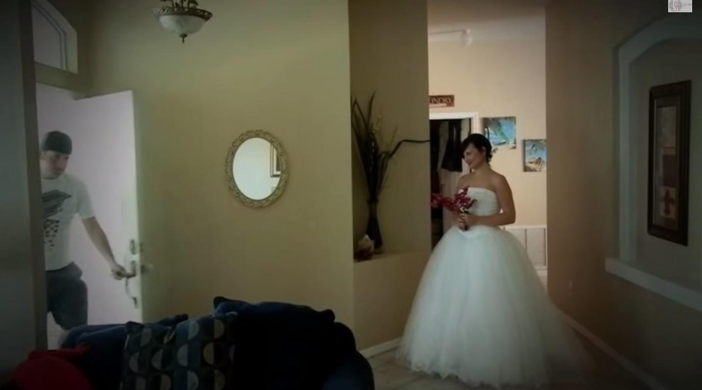 她偷穿了婚紗要給老公7週年大驚喜,老公看到的反應證明她沒有嫁錯人!