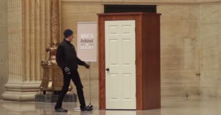 車站大廳多了一扇門寫著「門後有什麼呢?」,好奇的路人打開發現滿滿的快樂!