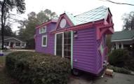 如果你認為這間5坪大的彩色小屋看起來已經很酷了,那你更應該要看看裡面呢!