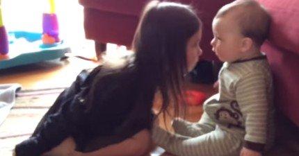 這位媽媽本來只是想記錄下來孩子們的可愛互動,結果小嬰兒展開雙手做的事情讓我融化了!
