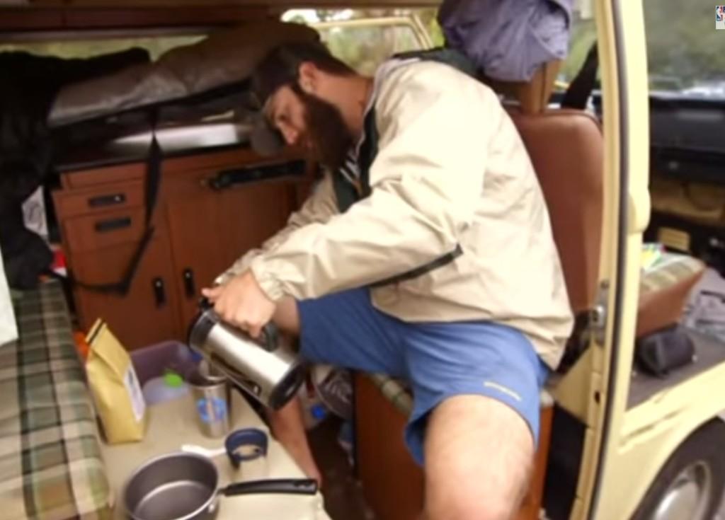 這名年薪過200萬美金的大聯盟投手選擇住在這台老舊的廂型車裡。他的理由讓我開悟了!