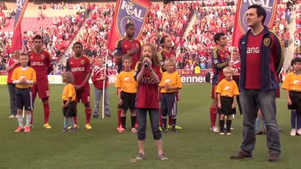 這位小女孩的老爸打賭她絕對無法在球賽表演中唱出最高音...事實證明他錯得很離譜!