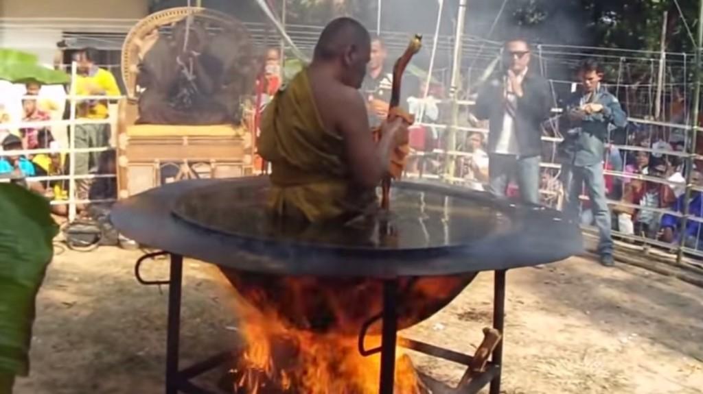 這位高僧有如神力地坐進滾燙的油鍋中誦經,卻被科學方法踢爆真相!?