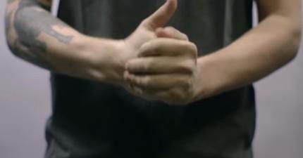 為了證明媽媽的話是錯的,這位醫生60年來不斷折自己其中一手的手指想要證明無害!