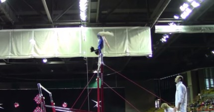 這位體操女選手在單槓上因為失誤而墜地,但教練的神反應讓觀眾都開始鼓掌!
