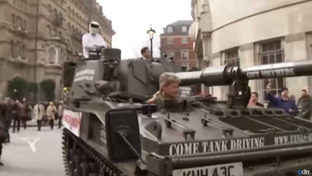 這個全世界最受歡迎節目的主持人被停職不到一週,這台坦克車為了請願就直接開到了BBC總部...