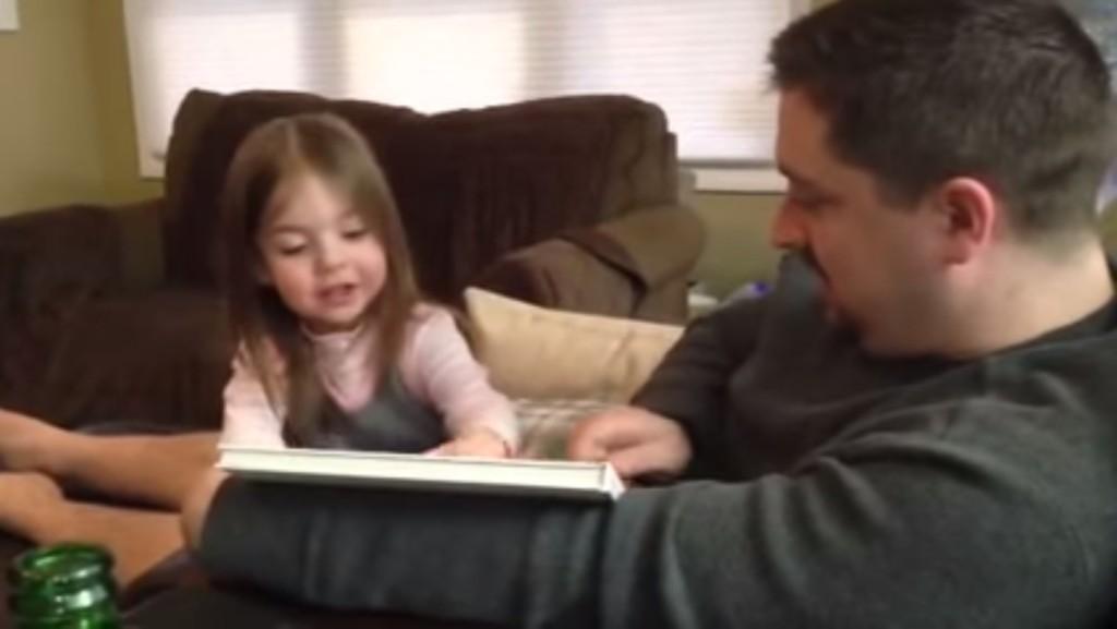 當爸爸打算告訴小女孩她「快要當姊姊了」時,女孩卻用這個臉說出超爆笑的一句話!