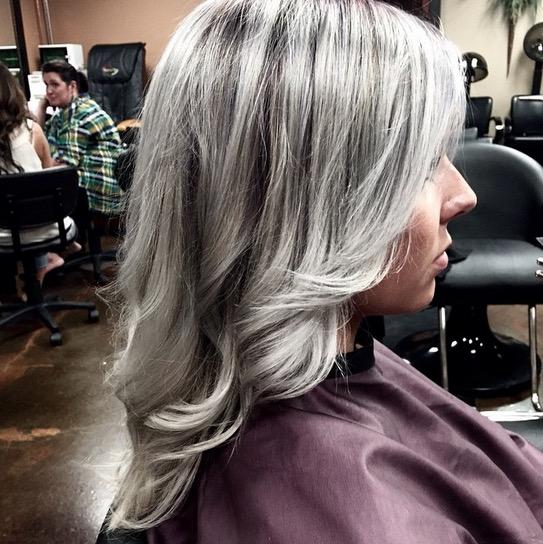 再也不怕長白頭髮了...因為老奶奶般的灰髮才是現在最時尚的髮型!