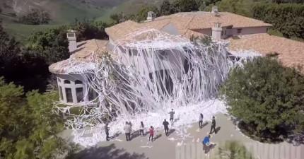 這群人運來整車的捲筒衛生紙到朋友的豪宅。朋友回家時自己的家都已經認不出來了!