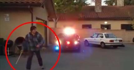 這位犯人以為他可以逃之夭夭了,但看看是誰從警車後座衝了出來!