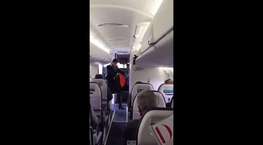 因為這班飛機誤點,所以俏皮的空服員為所有的乘客上演了這段最逗趣的舞蹈。