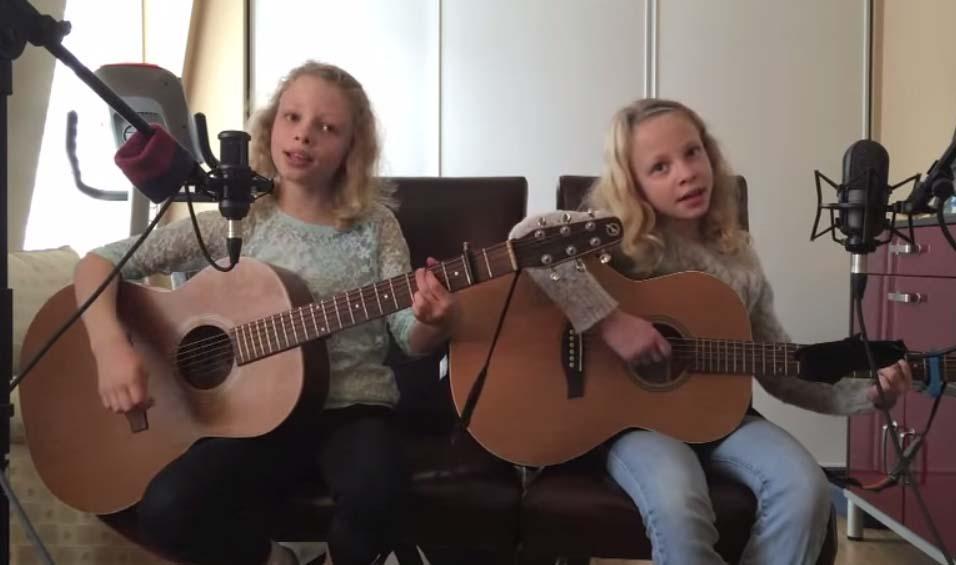 10歲雙胞胎女孩自彈自唱「Im Yours」好聽到征服百萬網友。注意看右邊那個!