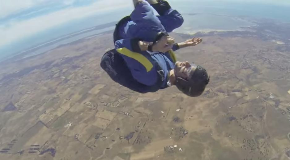 這名男子高空跳傘卻途中癲癇喪失意識,瘋狂急墜30秒生死一瞬間!