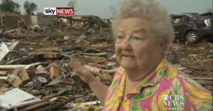 一場毀滅性的龍捲風奪走了這個老太太的一切。但記者在訪問的時候,從廢墟中忽然看到了喜從天降的奇蹟。