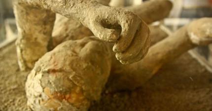 這些挖掘出土的罹難者,在火山爆發後他們就維持同個姿勢到現在。