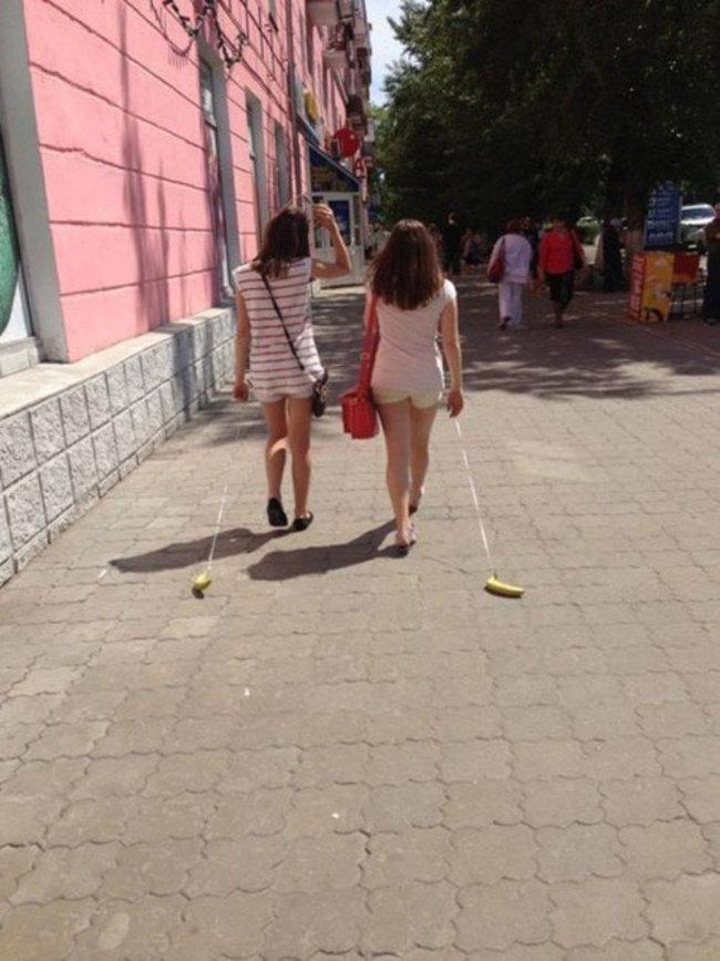 兩位女孩正在遛香蕉。