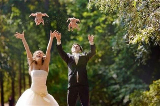 新郎、新娘一起拋出整隻烤雞?