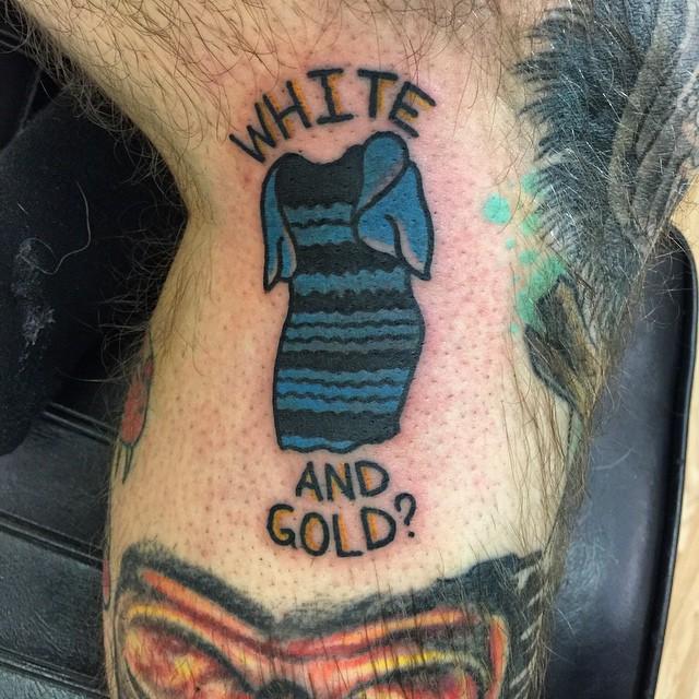我知道你現在已經受夠了那件該死的洋裝,這個男子也跟你一樣,所以他在身上紋了這個刺青。
