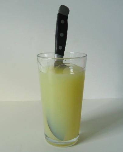 4.去除鏽斑:用檸檬水擦拭或浸泡有鏽斑的刀,基本上任何時候都能夠將這些生鏽的地方去除得很乾淨!