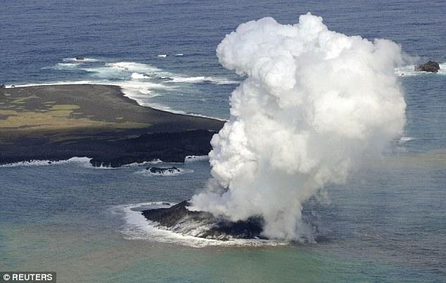 西之島位於環太平洋火山帶 (Ring of Fire),原本火山噴發只有形成一個小小的島嶼,直到現在已經變成了一個有2.5平方公里大的陸地。