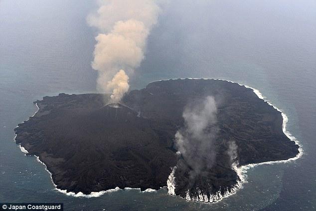 事情是這樣的,位於東京南部外海997公里的西之島 (Nishinoshima),自從2013年11月噴發後,一直在持續擴張,是相當罕見的火山現象。
