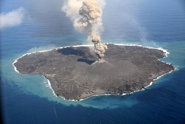 這些照片是由日本海巡署所拍攝的,記錄下火山在過去15個月期間噴發,讓原先兩個島嶼慢慢形成一個陸地。一開始科學家還不確定這樣的噴發會維持多久,因為多半火山噴發所造成的島嶼,不久就會被海洋所吞沒。