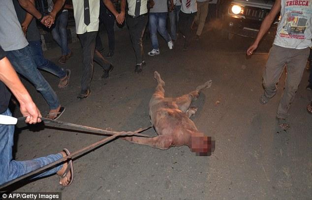 憤怒的印度群眾衝入監獄將強暴犯拖出扒光毆打致死,用最極端的手段表明要改變他們不尊重女性的社會。