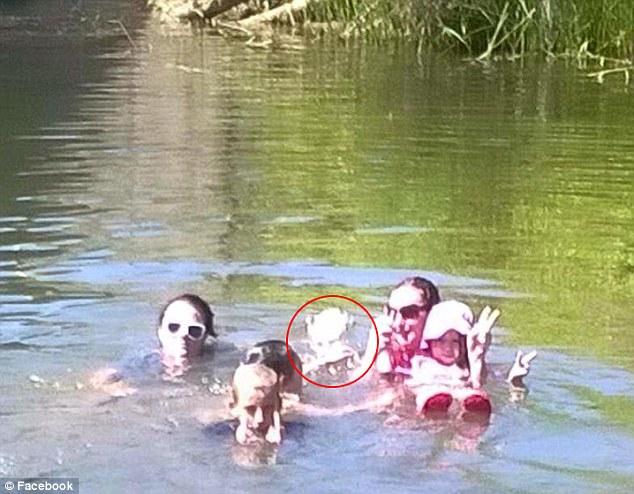 在照片中发现异状的Kim Davison表示,照理说他们明明是两个大人和3个小孩一起下水玩耍,但在照片中,却出现了第4个貌似小孩子的身影。