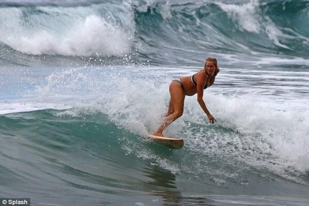 在13歲的時候,她在夏威夷考艾島 (Kauai) 衝浪時,被鯊魚攻擊並失去了她的左手臂,當時的她甚至還失去了全身60%的血液。然而,在康復過後,即便沒有左手臂,她還是沒有讓身體的缺陷阻止她的衝浪夢。