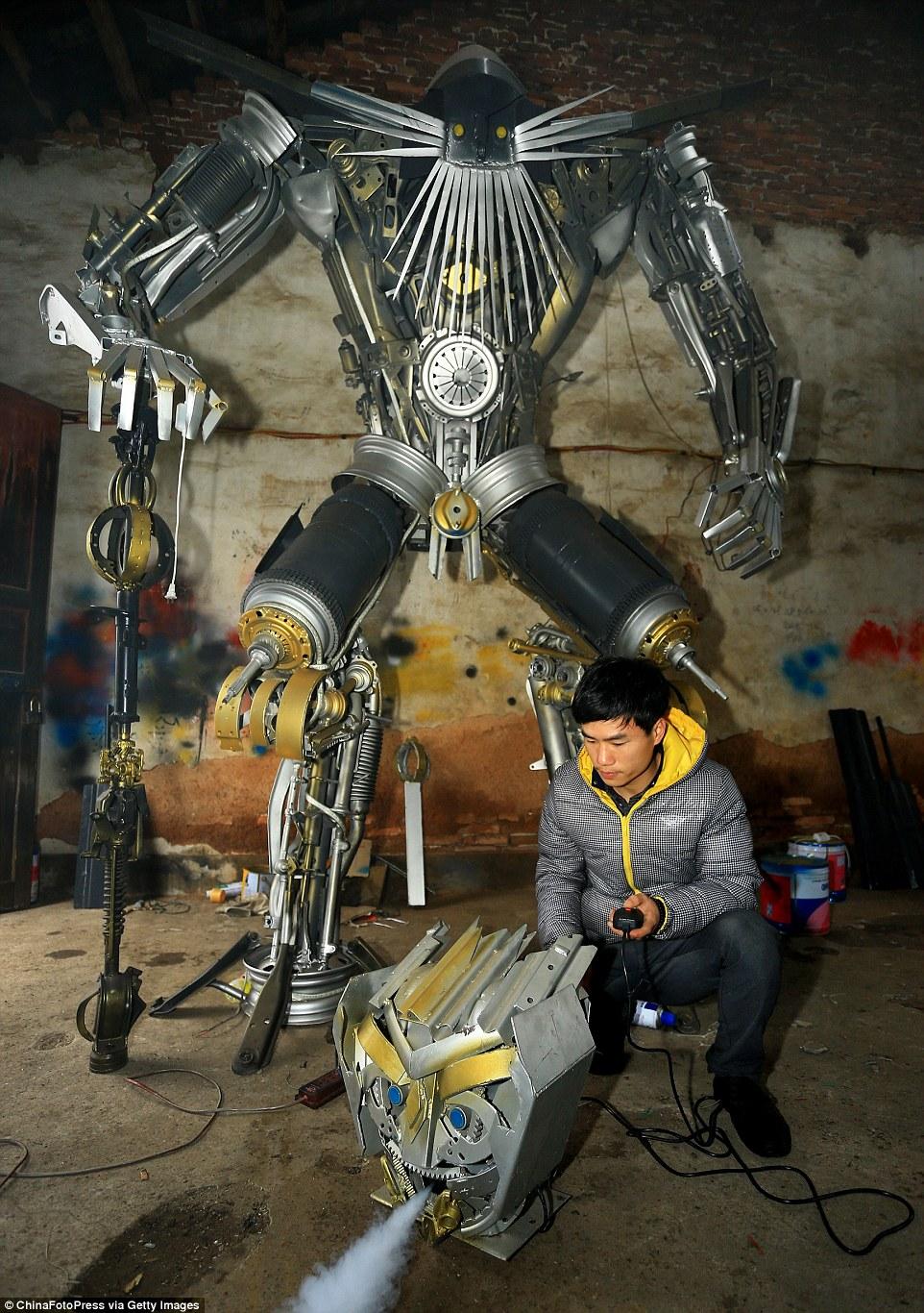 兒子余凌雲都會跟他父親用收集來的車子廢鐵在他們的鐵工廠賦予新生命。