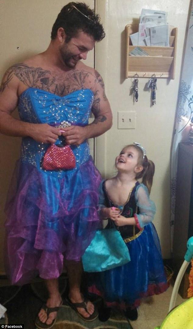 他就這麼身穿一件禮服、手拿小包包、頭上還有個頭飾,不過他沒有穿公主的玻璃鞋,只有穿夾腳拖。他還在臉書發文表示:「有時候你就是需要當個公主,要去看《仙履奇緣》了。年度最棒的叔叔。」