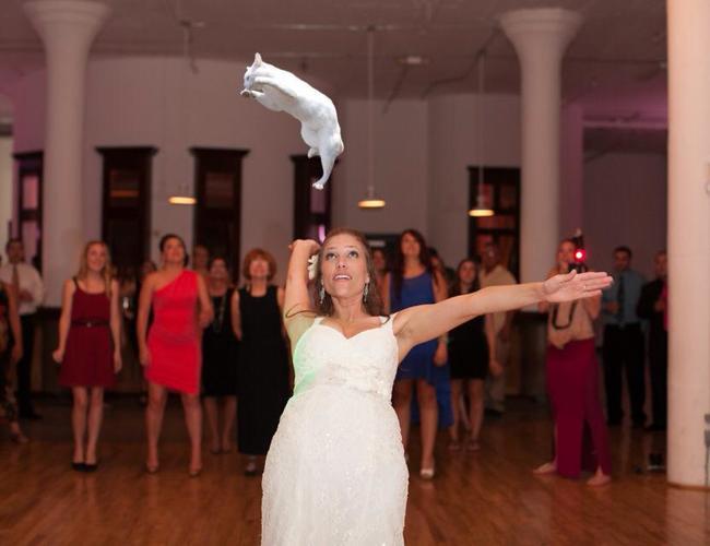 新娘好腰力!