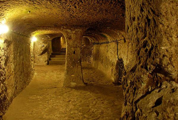 土耳其一名男子整修房屋時,敲開地下室牆壁卻發現一條神秘通道...!?