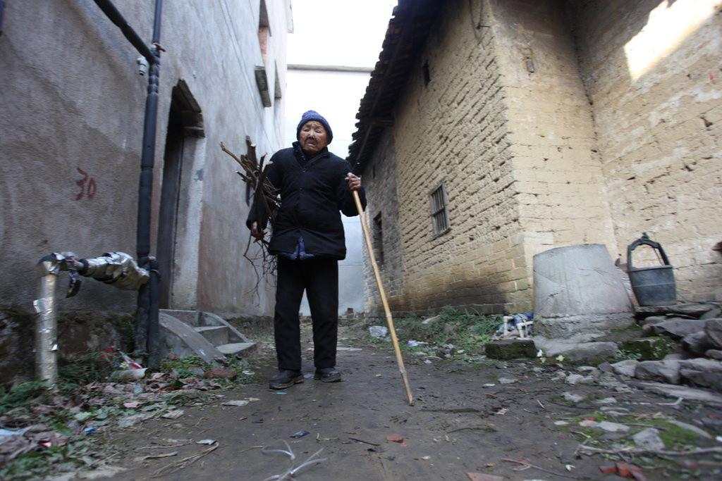 這位90歲老奶奶生了17個小孩全夭折,就這樣孤獨了40年,直到有天她的故事在網路上傳開...